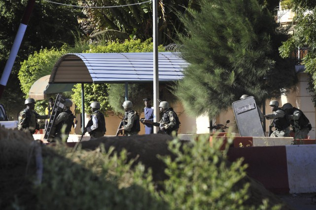 Les troupes maliennes ont pris position autour de... (Agence France-Presse, Habibou Kouyate)