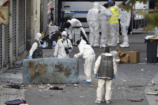 La police scientifique investigue pour trouver des preuves... (PHOTO ERIC FEFERBERG, ARCHIVES AGENCE FRANCE-PRESSE)
