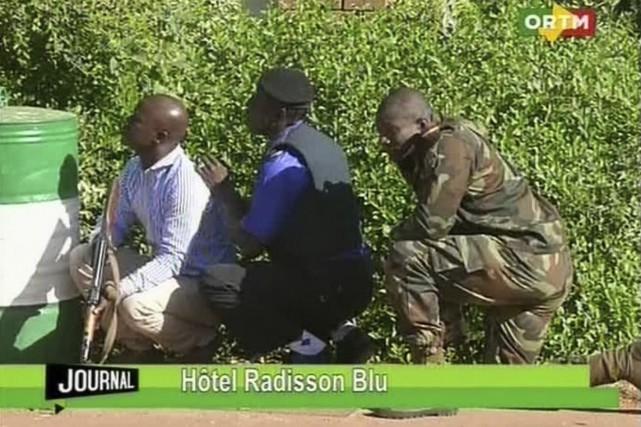 Les troupes étaient postées autour de l'hôtel.... (Mali TV ORTM, AP)
