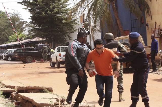 Les troupes maliennes ont aidé des otages à... (Associated Press, Harouna Traore)