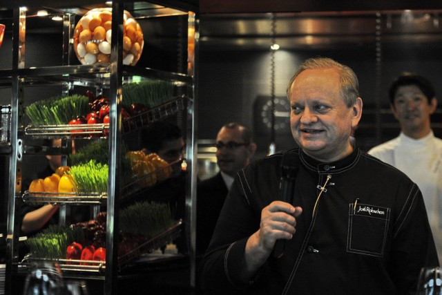 Le chef Joël Robuchon, 70 ans, cumule dans ses... (Photo Simin WANG, Archives AFP)
