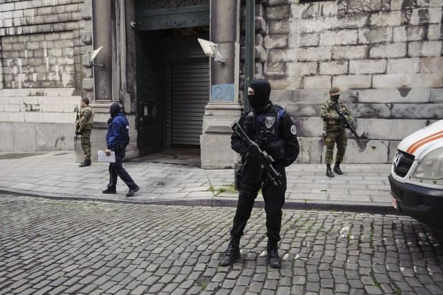 Des policiers et des soldats mènent la garde... (PHOTO NICOLAS LAMBERT, AFP/BELGA)