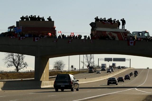 Le cortège de plusieurs véhicules qui le ramenait... (PHOTO MARCK BLINCH, REUTERS)