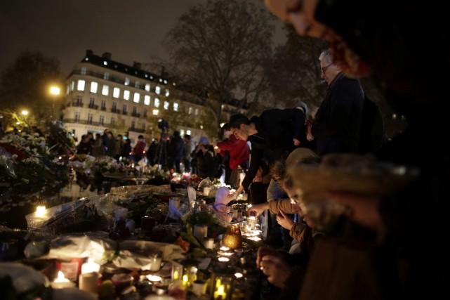Des gens ont allumé des chandelles et déposé... (AFP, Kenzo Tribouillard)