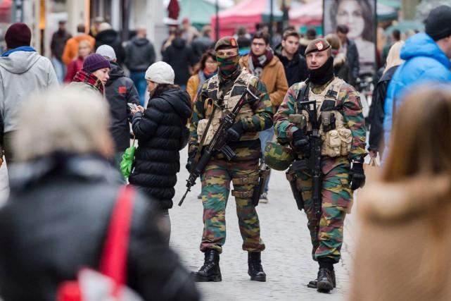 Cette mesure intervient quelques heures après qu'un suspect... (Photo AP, Geert Vanden Wijngaert)