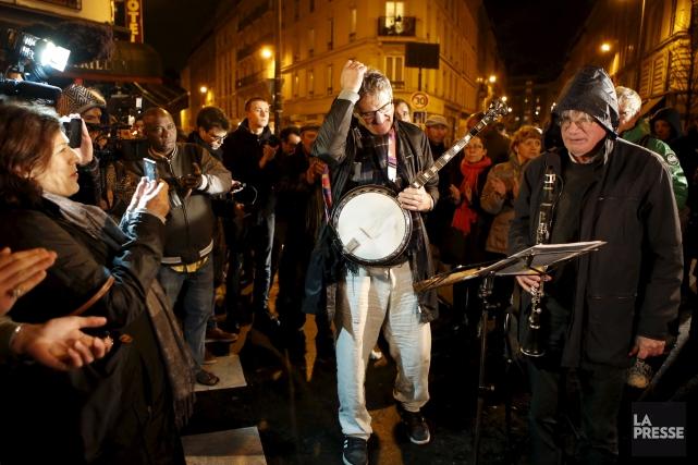 Des Parisiens se sont réunis devant Le Petit... (AP, François Mori)