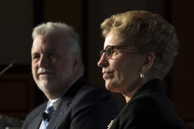 Le premier ministre québécois, Philippe Couillard, et son... (Adrian Wyld, La Presse Canadienne)
