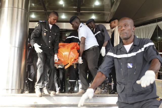 Des soldats maliens prennent position à l'extérieur de... (Agence France-Presse)