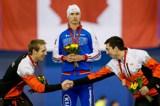 Le Russe Pavel Kulizhnikov, médaillé d'or, entouré desCanadiens... (La Presse Canadienne, Lyle Aspinall)