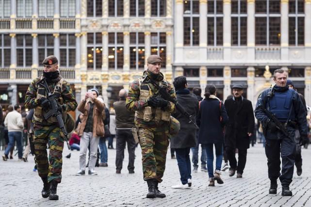 Des soldats patrouillent sur la Grand-Place de Bruxelles,... (AP, Geert Vanden Wijngaert)