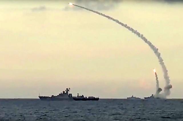 Outre les raids aériens, des navires russes ont... (AP, Service de presse du ministère de la Défense russe)