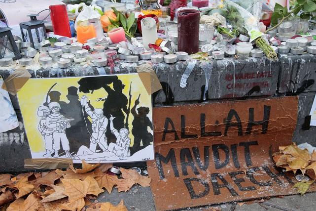 Des gens à Paris ont laissé des milliers... (PHOTO JACQUES DEMARTHON, AFP)