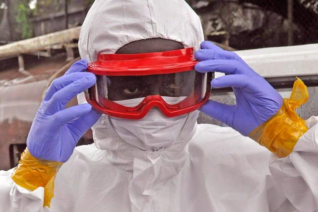 Cet homme est vêtu d'une combinaison de protection... (Photo AP-Abbas Dulleh, archives PC)