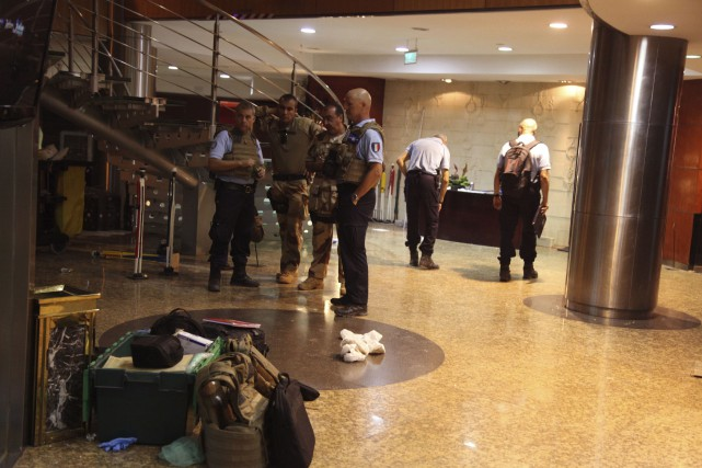 Des extrémistes islamistes ont pris 170 personnes en... (Baba Ahmed, Associated Press)