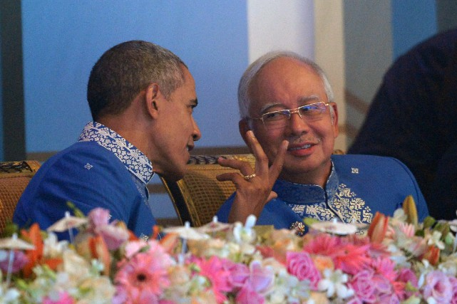 Barrack Obama et le premier ministre malaisien Najib... (PHOTO MOHD RASFAN, AGENCE FRANCE-PRESSE)