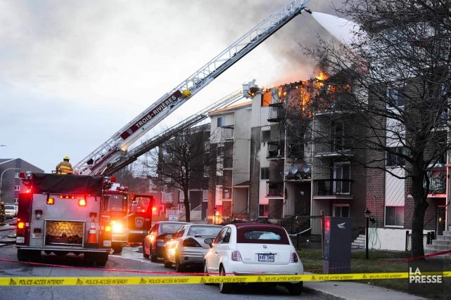 Un violent incendie s'est déclaré, samedi vers 15h30,... (Photo: Andréanne Lemire)