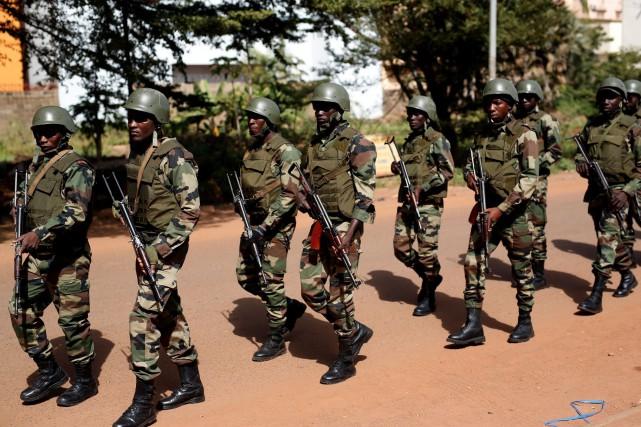 Des soldats continuaient à patrouiller samedi dans les... (AP, Jerome Delay)