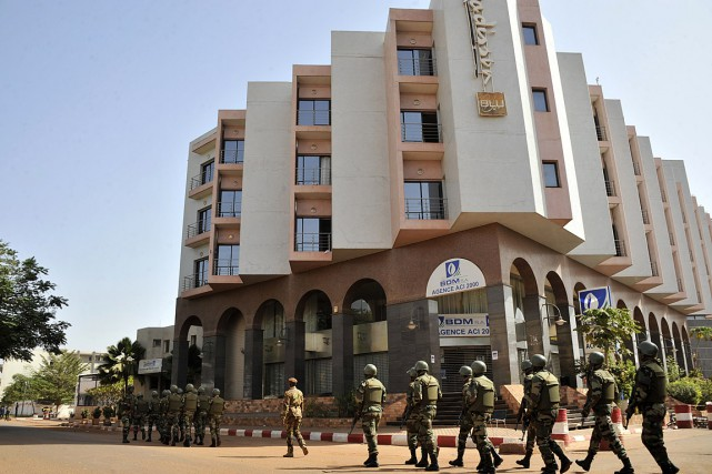 Des soldats patrouillent devant le Radisson Blu, théâtre... (PHOTO HABIBOU KOUYATE, AFP)