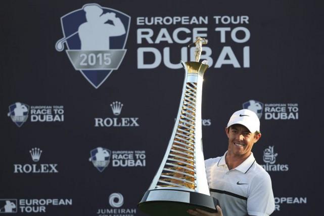 Rory McIlroy pose avec son trophée.... (PHOTO KAMRAN JEBREILI, AP)
