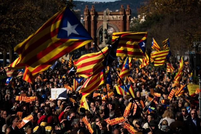 Environ 3000 indépendantistes se sont réunis à Barcelone... (AP, Emilio Morenatti)