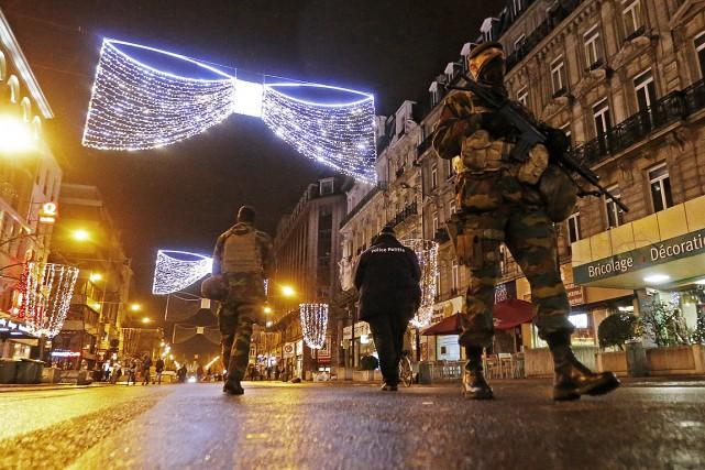Des soldats et des policiers patrouillent dans les... (Photo Yves Herman, Reuters)