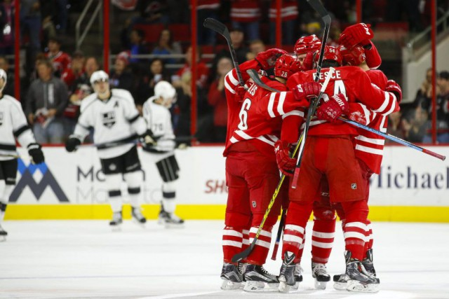Brett Pesce (54) est félicité par ses coéquipiers... (PHOTO JAMES GUILLORY, USA TODAY)