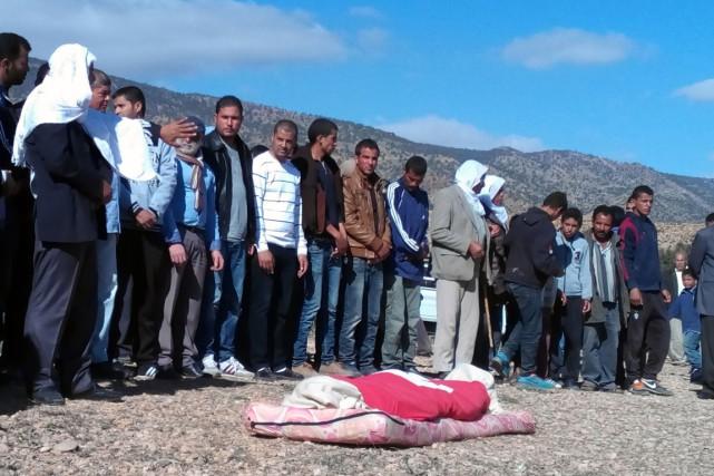 Des Tunisiens prient lors de l'enterrement de Mabrouk... (Photo MOKHTAR KAHOULI, AFP)