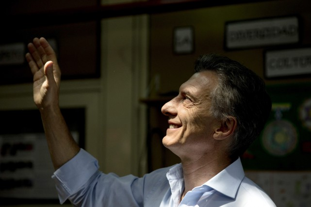 Mauricio Macri salue ses partisans avant d'aller voter... (Photo Natacha Pisarenko, AP)