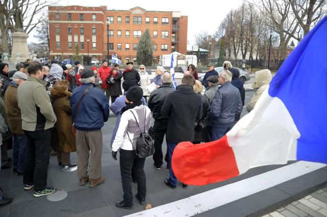 Une cinquantaine de personnes se sont réunies, dimanche... (Photo: Andréanne Lemire)