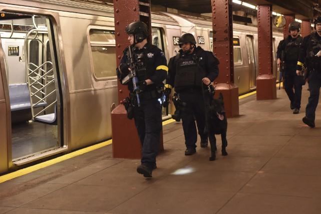 Des agents sillonnent une station de métro abandonnée... (New York Police Department, AP)
