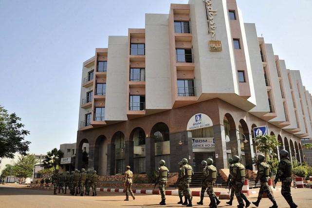 Depuis la fin de l'assaut, les enquêteurs passent... (Habibou Kouyate, AFP)