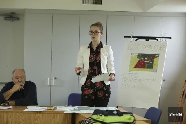 L'inspectrice et responsable de l'urbanisme, Andréanne Ouellette, a... (Catherine Trudeau, La Voix de l'Est)