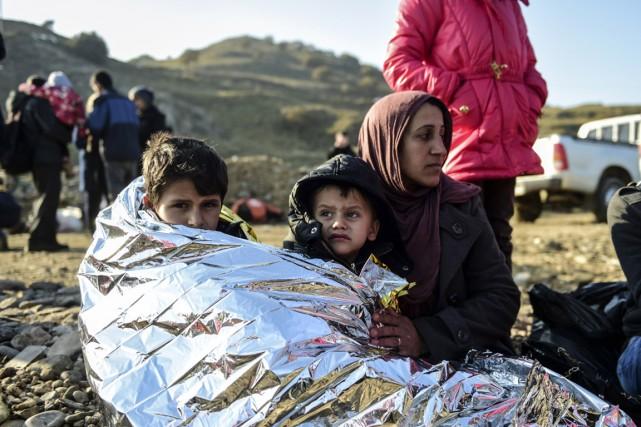 Une famille de réfugiés syriens vient d'arriver sur... (Photo BULENT KILIC, AFP)