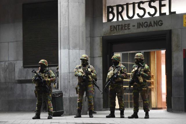 Dimanche soir, à Bruxelles, une vaste opération anti-terroriste... (PHOTO AFP)