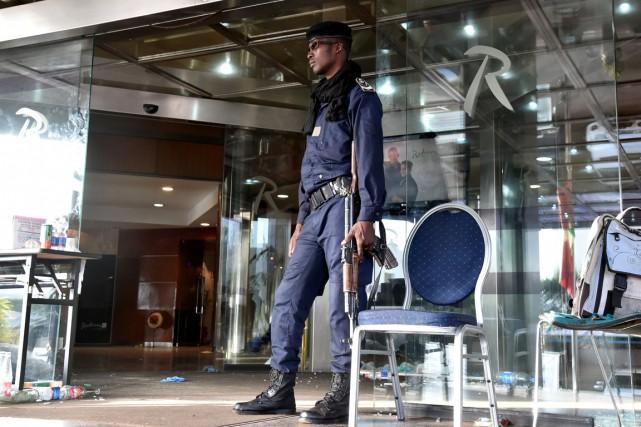 Un garde malien monte la garde devant l'hôtel... (AFP)