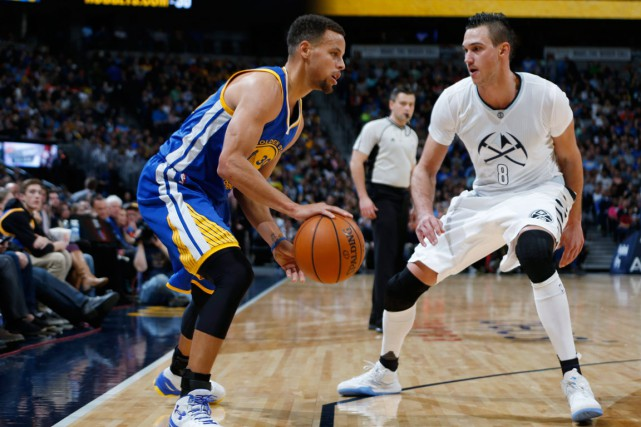 Stephen Curry (à gauche) et les Warriors de... (Photo David Zalubowski, AP)