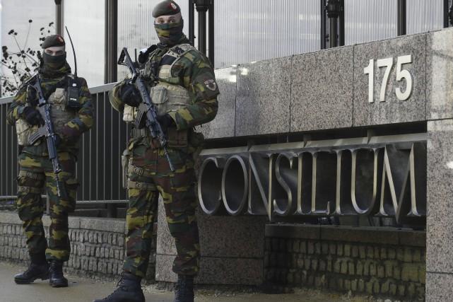 Des soldats en tenue de camouflage, armes automatiques... (Agence France-Presse, John Thys)