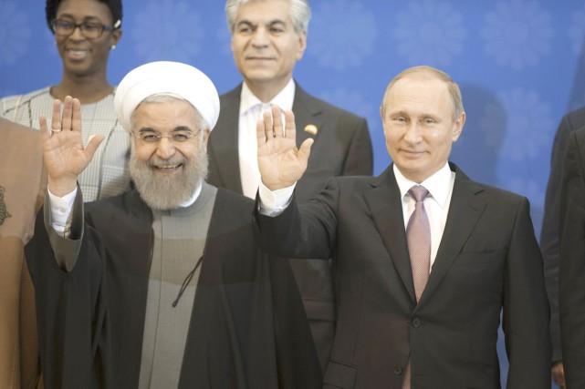 Le président iranien Hassan Rohani (à gauche) et... (PHOTO SERGEI GUNEEV, SPUTNIK/REUTERS)