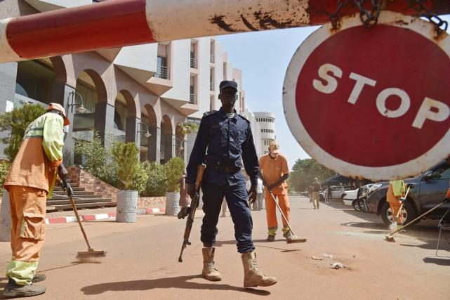 Un policier malien monte la garde devant l'hôtel... (PHOTO ISSOUF SANOGO, ARCHIVES AFP)