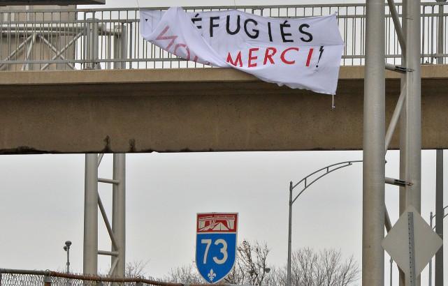 À Québec, des gens ont installé une bannière... (PHOTO PASCAL RATTHÉ, LE SOLEIL)