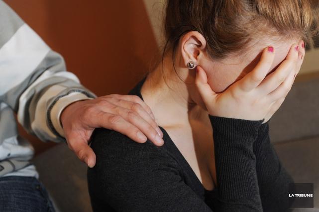 Investir dans des programmes de prévention du suicide basés sur une approche... (Archives La Tribune, Frédéric Côté)