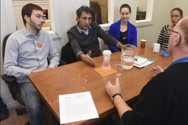 Entouré de collègues, Amir Khadir, de Québec solidaire,... (François Gervais)