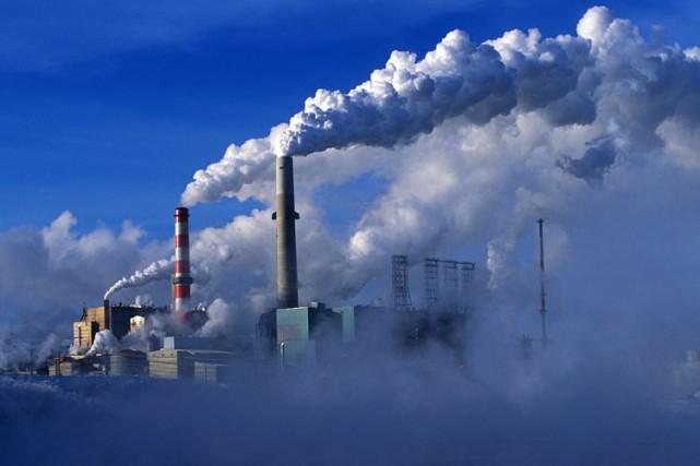 Une usine de sables bitumineux de Suncor près... (PHOTO ARCHIVES AP)