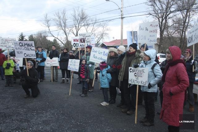 Une cinquantaine de citoyens ont manifesté devant la... (Jean-François Gagnon, La Tribune)
