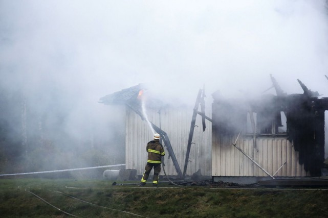 Sur la photo, un pompier combat l'incendie d'un... (PHOTO ADAM IHSE, ARCHIVES AFP / TT NEWS AGENCY)