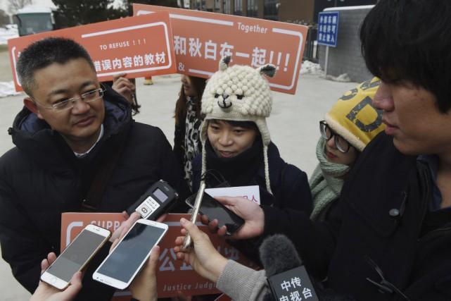 Qiu Bai (au centre)accuse le ministère de l'Éducation... (PHOTO GREG BAKER, AFP)