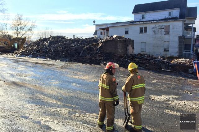 Un incendie suspect a lourdement endommagé un immeuble à logements inoccupé de... (Imacom, Frédéric Côté)