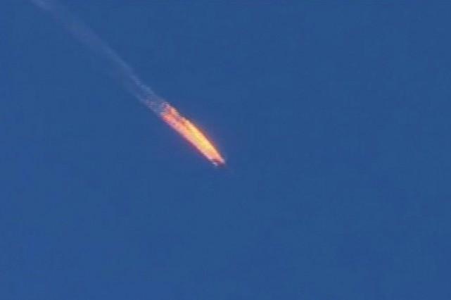 Des images vidéo montrent l'avion en feu qui... (Tirée d'une vidéo de l'AFP)