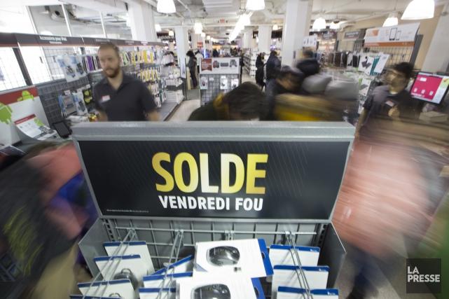 Les nombreux soldes du «Vendredi fou» dans les commerces n'auraient pas fait... (Archives La Presse)