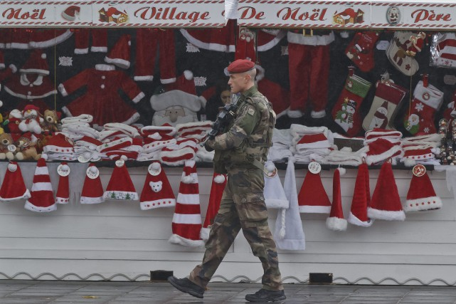 Un soldat effectue une ronde au marché de... (PHOTO MICHEL EULER, ASSOCIATED PRESS)